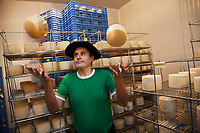 Europe/Espagne/Pays Basque/Guipuscoa/Goierri/Idiazabal:  ferme J.Aranburu -   Javier Aranburu et son Fromage d'Idiazábal [Non destiné à un usage publicitaire - Not intended for an advertising use]