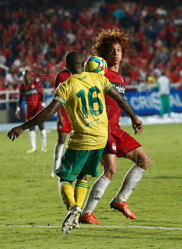 CALI -COLOMBIA-03-03-2014. Stiven Tapiero (Der.) de América de Cali disputa el balón con Carlos Palacio (Izq.) del Atlético Bucaramanga durante partido por la fecha 7 del Torneo Postobón II 2013 jugado en el estadio Pacual Guerrero de la ciudad de Cali./ Stiven Tapiero (R) of America de Cali fights for the ball with Carlos Palacio of Atletico Bucaramanga during the match for the 7th date of Postobon Tournament II 2013 at Pascual Guerrero stadium in Cali city. Photo: VizzorImage/Juan C. Quintero/STR