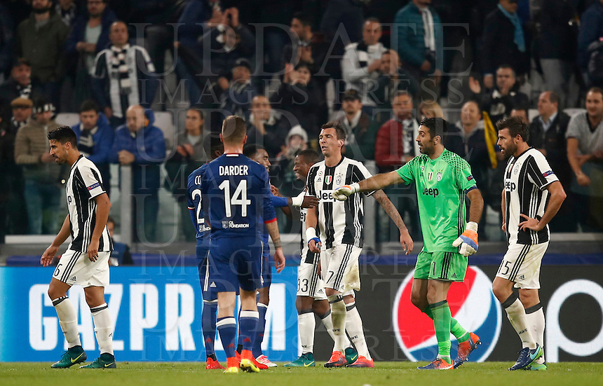 Calcio, Champions League: Gruppo H, Juventus vs Lione. Torino, Juventus Stadium, 2 novembre 2016. <br /> Juventus and Lyon players greet at the end of the Champions League Group H football match between Juventus and Lyon at Turin's Juventus Stadium, 2 November 2016. The game ended 1-1.<br /> UPDATE IMAGES PRESS/Isabella Bonotto