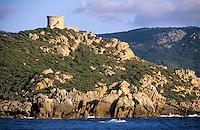France/Corse/Corse-du-Sud/2A/Env de Propriano: La côte rocheuse à la pointe de Campomoro et sa tour génoise