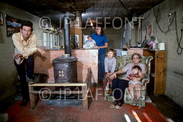 Russellville, AR. December, 1980. <br /> America severely marked by the recession. Sammy Grow and his family. Without regular work, Samy ekes out an existence as a logger.