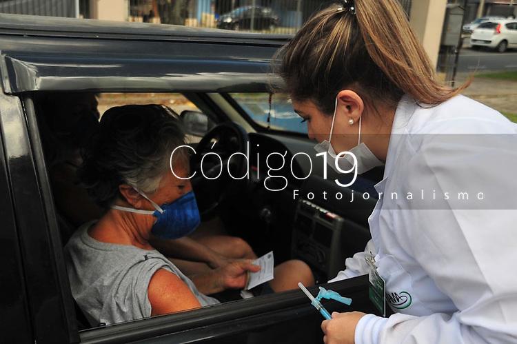 """Curitiba - PR, 23/03/2020 - A vacinacao contra gripe comecou nesta segunda-feira (23), em Curitiba, e filas se formaram de carros, pois se criaram em forma de """"drives"""" aplicacao da vacina da gripe, em sua primeira etapa para o grupo de risco ( terceira idade). (Foto: Ernani Ogata/Codigo 19/Codigo 19)"""