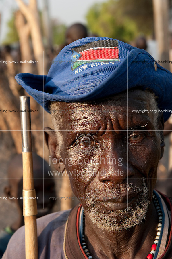 Suedsudan Rumbek alter Mann mit Flagge des neuen Staat Sued Sudan / South Sudan Rumbek, old man with flag of new South Sudan
