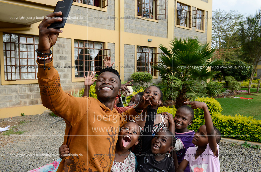 KENYA, Nairobi, children home, selfie photo / KENIA, Nairobi, Kinderheim, selfie Foto mit smart phone