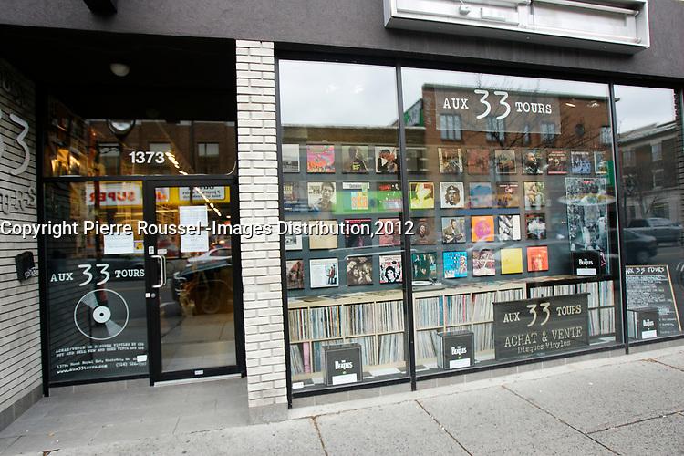 Magasins de musique : Vinyle ou disques compacts a Montreal, CANADA, Nov 2012<br /> <br />  boutique Aux 33 tours, située sur l'avenue Mont-Royal.