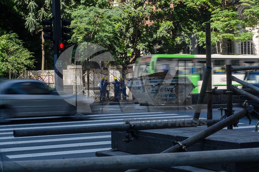SAO PAULO, SP, 28.11.2013 - MONTAGEM PALCO AVENIDA PAULISTA - Homens preparam montagem do tradicional palco de Natal da Avenida Paulista, na manhã desta quinta feira, 28, região central da capital.   (Foto: Alexandre Moreira / Brazil Photo Press)