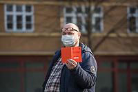 """Etwa 3 dutzend Menschen versuchten am Samstag den 28. Maerz 2020 in Berlin-Mitte, trotz einem allgemeinen Versammlungsverbot durch die Behoerden sich zu einer """"Hygienedemo"""" zu versammeln. Ihre Forderung war """"fuer unsere Verfassung, das Grundgesetz, sowie Transparenz, Pressefreiheit, Wahlen und vollstaendige Demokratie & Transparenz bei der Einsetzung neuer Wirtschaftsgesetze in Form einer """"Verfassung der Oekonomie"""".<br /> Es wurden Exemplare des Grundgesetz verteilt. Die Polizei forderte die Menschen auf sich zu zerstreuen und nach ca. 30 Minuten nahm sie von Menschen, die der Aufforderung nicht nachkamen die Personalien auf und erteilte Platzverweise.<br /> Aufgerufen zu der Aktion hatte eine Gruppe namens """"nichtohneuns.de"""".<br /> Im Bild: Ein Mann haelt ein altes Exemplar des Grundgesetz in den Haenden.<br /> 28.3.2020, Berlin<br /> Copyright: Christian-Ditsch.de<br /> [NUR FUER REDAKTIONELLE ZWECKE! Werbung nur auf Anfrage beim Fotografen. Inhaltsveraendernde Manipulation des Fotos nur nach ausdruecklicher Genehmigung des Fotografen. Vereinbarungen ueber Abtretung von Persoenlichkeitsrechten/Model Release der abgebildeten Person/Personen liegen nicht vor. NO MODEL RELEASE! Don't publish without copyright Christian-Ditsch.de, Veroeffentlichung nur mit Fotografennennung, sowie gegen Honorar, MwSt. und Beleg. Konto: I N G - D i B a, IBAN DE58500105175400192269, BIC INGDDEFFXXX, Kontakt: post@christian-ditsch.de<br /> Bei der Bearbeitung der Dateiinformationen darf die Urheberkennzeichnung in den EXIF- und  IPTC-Daten nicht entfernt werden, diese sind in digitalen Medien nach §95c UrhG rechtlich geschuetzt. Der Urhebervermerk wird gemaess §13 UrhG verlangt.]"""