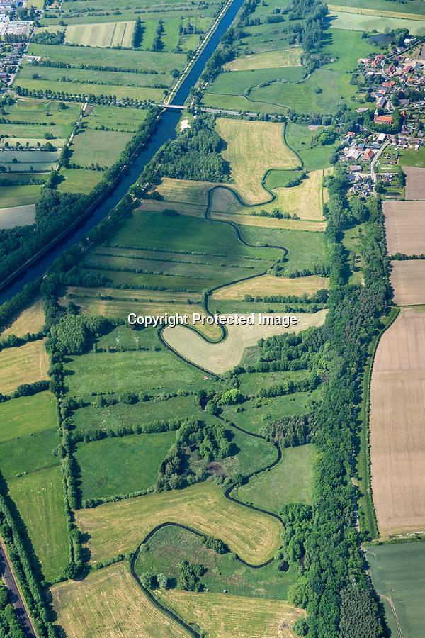 Die Stecknitz, Delvenau ist ein Fluss im Kreis Herzogtum Lauenburg und in der Hansestadt Lübeck im Land Schleswig-Holstein.<br /> Auf dem Luftbild ist ein Altarm bei Büchen Dorf zu sehen