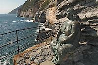 - Portovenere (La Spezia), statue to the wife of the fisherman....- Portovenere (La Spezia), statua alla moglie del pescatore