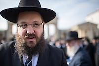 """Europaeische Rabbinerkonferenz in Berlin.<br /> Vom 29. Februar bis zum 2. Maerz 2016 fand zum ersten Mal die Rabbinerkonferenz des Rabbinical Center of Europe in Berlin statt. 150 Rabbiner aus ganz Europa nehmen an dieser Konferenz teil und diskutieren diverse juedische Themen. Das Motto der diesjaehrigen Konferenz ist """"Einheit der Welt"""".<br /> Das Rabbinical Center of Europe wurde vor 14 Jahren ins Leben gerufen. In ihm sind  mehr als 700 Rabbiner aus ganz Europa organisiert. Sie vertreten zahlreichen juedische Gemeinden in Europa.<br /> Am Montag den 1. Maerz 2016 kamen die Konferenzteilnehmer zu vor das Brandenburger Tor.<br /> Im Bild: Rabbiner Yehuda Teichtal, Organisator der Veranstaltung vor dem Brandenburger Tor. Er ist Gemeinderabbiner der Juedischen Gemeinde zu Berlin und Vorsitzender des Juedischen Bildungszentrums Chabad Berlin.<br /> 1.3.2016, Berlin<br /> Copyright: Christian-Ditsch.de<br /> [Inhaltsveraendernde Manipulation des Fotos nur nach ausdruecklicher Genehmigung des Fotografen. Vereinbarungen ueber Abtretung von Persoenlichkeitsrechten/Model Release der abgebildeten Person/Personen liegen nicht vor. NO MODEL RELEASE! Nur fuer Redaktionelle Zwecke. Don't publish without copyright Christian-Ditsch.de, Veroeffentlichung nur mit Fotografennennung, sowie gegen Honorar, MwSt. und Beleg. Konto: I N G - D i B a, IBAN DE58500105175400192269, BIC INGDDEFFXXX, Kontakt: post@christian-ditsch.de<br /> Bei der Bearbeitung der Dateiinformationen darf die Urheberkennzeichnung in den EXIF- und  IPTC-Daten nicht entfernt werden, diese sind in digitalen Medien nach §95c UrhG rechtlich geschuetzt. Der Urhebervermerk wird gemaess §13 UrhG verlangt.]"""