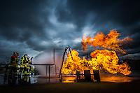 06 fevrier 2017, raffinerie de Feyzin, entrainement des sapeurs pompiers sur des feux de liquide inflammable. Attaque d'une fuite de gaz enflammÈe avec deux binÙmes et deux lances ‡ dÈbit variable.