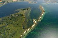 """Halbinsel  Wustrow:EUROPA, DEUTSCHLAND, MECKLENBURG- VORPOMMERN 29.06.2005 Halbinsel Wustrow. Naturschutzgebiet Gemäß Landesverordnung vom 13. Januar 1997 umfasst das Schutzgebiet den größten Teil (etwa zwei Drittel, ca. 670 ha) der Halbinsel Wustrow, einen Teil des Salzhaffs links oben  (300 ha) bis zur Wassertiefe von 2,5 m, die Wasserfläche der Kroy in der Bildmitte (300 ha), sowie Flachwasserbereiche der Ostsee bis zur 5 m-Wasserlinie! (590 ha). Es beginnt 4 km südwestlich des Ostseebades Rerik und liegt im Nordosten des Europäischen Vogelschutzgebietes """"Küstenlandschaft Wismar-Bucht"""" mit dem Naturschutzgebiet Insel Langenwerder. Die Gesamtgröße des NSG beträgt 1940 ha.  .Die Halbinsel Wustrow blieb durch die militärische Nutzung von anderen, heute raumgreifend vorhandenen Landschaftsveränderungen wie Eutrophierung, Küstenverbau und intensiver touristischer Nutzung verschont. Hervorzuheben ist die nahezu vollständig erhalten gebliebene ungestörte Küstendynamik im Übergangsbereich zwischen Ostsee, Festland und Haff.  Blickrichtung von Nordost  nach Suedwest. Ostsee, Meer, Wasser.Luftaufnahme, Luftbild,  Luftansicht."""