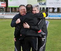VC Wingene - FC Izegem : vreugde bij de trainers ,  Peter Devos (rechts) en Nick Bonte (links) feleciteren elkaar.foto VDB / BART VANDENBROUCKE