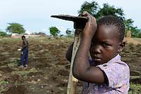 MOZAMBIQUE, Moatize / MOSAMBIK, Moatize, fuer die Erweiterung der Kohlemine des brasilianischen Unternehmens VALE wird die Ortschaft Chipanga abgerissen, die Bewohner werden 40 km von Moatize enfernt nach Cateme umgesiedelt, Jose und seine Familie pflanzen Mais solange es geht
