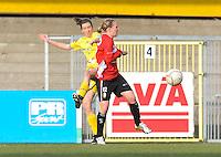 1/2 Halve finale Beker van Belgie ; Waasland Beveren Sinaai Girls - Standard Femina de Liege : duel Nathalie Vanderstappen en Julie Gregoire.foto DAVID CATRY / Vrouwenteam.be