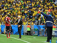 FORTALEZA - BRASIL -04-07-2014. Jose Pekerman técnico de Colombia (COL) da instrucciones a Victor Ibarbo (#14) durante partido de los cuartos de final con Brasil (BRA)  por la Copa Mundial de la FIFA Brasil 2014 jugado en el estadio Castelao de Fortaleza./ Jose Pekerman coach of Colombia (COL) gives directions to Victor Ibarbo (#14) during the match of the Quarter Finals against Brazil (BRA) for the 2014 FIFA World Cup Brazil played at Castelao stadium in Fortaleza. Photo: VizzorImage / Alfredo Gutiérrez / Contribuidor