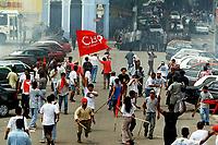 Trabalhadores do movimento dos Sem Terra entram em confronto com a Polícia Militar do Estado do Pará durante o protesto por um novo julgamento dos acusados pelo massacre de 19 sem terra em Eldorado de Carajás no Pará.<br />17/04/2000. <br />©Foto: Raimundo Pacó/Interfoto