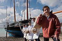 Europe/France/Bretagne/35/Ille et Vilaine/Cancale: Olivier Roellinger et la  brigade de son restaurant: Le Coquillage au Château Richeux,  déchargent  les épices de la Bisquine, la bisquine est un bateau typique de la région. [Non destiné à un usage publicitaire - Not intended for an advertising use]