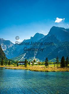 Oesterreich, Oberoesterreich, Salzkammergut, bei Gruenau im Almtal: Naturschutzgebiet Almsee in Grünau, im Hintergrund Totes Gebirge | Austria, Upper Austria, Salzkammergut, near Gruenau im Almtal: nature reserve lake Almsee