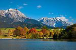 Oesterreich, Salzburger Land, im Pinzgau, Saalfelden: Herbststimmung am Ritzensee - kuenstlich angelegter Badesee vor Berchtesgadener Alpen (Steinernes Meer) und Hochkoenig | Austria, Salzburger Land, at Pinzgau region, Saalfelden: autumn scene at lake Ritzensee - man-made swimming lake with Berchtesgaden Alps (Steinernes Meer) and Hochkoenig mountains
