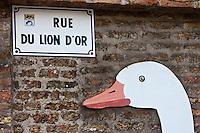 Europe/France/Nord-Pas-de-Calais/59/Nord/Dunkerque/Malo-les-Bains :  Plaque de la rue du Lion d'Or et oie- cherchez l'erreur