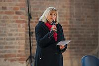 Mit einer Plakat-Kampagne wollen die evangelische und katholische Kirche im Jahr 2021 ein sichtbares Zeichen gegen Antisemitismus setzen. Sie wendet sich insbesondere an die Gemeinden und kirchlichen Einrichtungen. Kernanliegen der Kampagne ist es, die Gemeinsamkeiten zwischen Juden und Christen in den Festen und im religioesen Leben aufzuzeigen, um gegen den zunehmenden Antisemitismus klar Stellung zu beziehen, der auch christliche Wurzeln hat.<br /> Im Bild: Pfarrerin Marion Gardei, Beauftragte fuer Erinnerungskultur der EKBO.<br /> 11.11.2020, Berlin<br /> Copyright: Christian-Ditsch.de