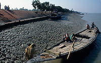 INDIA West Bengal, dyke and boat in Sundarbans the delta of river Ganges / Indien, Westbengalen, Boot im Flussdelta des Ganges, Sunderbans