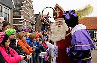 Monnickendam- Intocht van Sinterklaas. Sinterklaas en Zwarte Pieten begroeten de kinderen in de haven