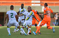 ENVIGADO - COLOMBIA, 16-02-2020:Acción de juego entre los equipos  del Envigado y Atlético Bucaramanga durante partido entre Envigado y el Atlético Bucaramanga por la fecha 5 de la Liga BetPlay I 2020 jugado en el estadio Polideportio Sur de la ciudad de Envigado. / Action game between Envigado and  Atletico Bucaramanga during match between Envigado and Atletico Bucaramanga for the date 5 as part of BetPlay League I 2020 played at Polideportivo Sur stadium in Envigado. Photo: VizzorImage / León Monsalve / Cont /