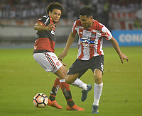 BARRANQUIILLA - COLOMBIA, 30-11-2017:Teofilo Gutiérrez (Der) del Atlético Junior de Colombia disputa el balón conWilliam Arao (Izq) jugador de Flamengo de Brasil durante partido de vuelta por la semifinal 2 de la Copa CONMEBOL Sudamericana 2017  jugado en el estadio Metropolitano Roberto Meléndez de la ciudad de Barranquilla. /Teofilo Gutierrez (R) player of Atlético Junior of Colombia struggles the ball with William Arao (L) player of Flamengo of Brazil during second leg match for the semifinal 2 of the Copa CONMEBOL Sudamericana 2017played at Metropolitano Roberto Melendez stadium in Barranquilla city<br /> .  Photo: VizzorImage/ Alfonso Cervantes / Cont