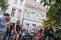 Am Pfingstsonntag den 20. Mai 2018, wurden in Berlin mehrere Haeuser besetzt. Mit dieser Aktion wollten die Besetzer ein Zeichen gegen Verdraengung und Wohnungsnot setzen. Um 21 Uhr raeumte die Polizei zeitgleich in den Bezirken Kreuzberg und Neukoelln die Besetzungen, nachdem auf Druck des Senat die landeseigenen und privaten Eigentuemer Strafantrag und ein schriftliches Raeumungsbegehren gestellt hatten.<br /> Im Bild: Im Bezirk Kreuzberg wurde in der Reichenbergerstrasse 114 ein seit vielen Jahren leer stehender Ladenraum besetzt. Die Besetzer wollten in den Raeumen einen Stadtteilladen einrichten. Bei der Raeumung wurden mehrere Personen durch Tritte und Schlaege von Polizeibeamten und durch den Einsatz von Pfefferspray verletzt.<br /> Besitzer der Reichenbergerstrasse 114 ist die , der Akelius GmbH.<br /> 20.5.2018, Berlin<br /> Copyright: Christian-Ditsch.de<br /> [Inhaltsveraendernde Manipulation des Fotos nur nach ausdruecklicher Genehmigung des Fotografen. Vereinbarungen ueber Abtretung von Persoenlichkeitsrechten/Model Release der abgebildeten Person/Personen liegen nicht vor. NO MODEL RELEASE! Nur fuer Redaktionelle Zwecke. Don't publish without copyright Christian-Ditsch.de, Veroeffentlichung nur mit Fotografennennung, sowie gegen Honorar, MwSt. und Beleg. Konto: I N G - D i B a, IBAN DE58500105175400192269, BIC INGDDEFFXXX, Kontakt: post@christian-ditsch.de<br /> Bei der Bearbeitung der Dateiinformationen darf die Urheberkennzeichnung in den EXIF- und  IPTC-Daten nicht entfernt werden, diese sind in digitalen Medien nach §95c UrhG rechtlich geschuetzt. Der Urhebervermerk wird gemaess §13 UrhG verlangt.]