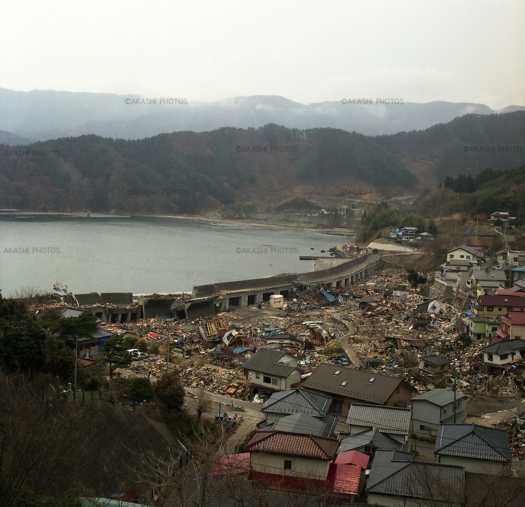 On March 11, 2011, earthquake of magnitude 9.0 and devastating tsunami hit the Tohoku area, killing more than 15,000 people and missing more than 5,000 people. Tsunami went over the high water gate of Kojirahama fishing port, Toni-cho, Kamaishi, Iwate.<br /> <br /> Le 11 mars 2011, un séisme de magnitude 9,0 et un tsunami dévastateur ont frappé la région de Tohoku, faisant plus de 15 000 morts et plus de 5 000 disparus. Le tsunami a franchi la porte haute du port de pêche de Kojirahama, Toni-cho, Kamaishi, Iwate.
