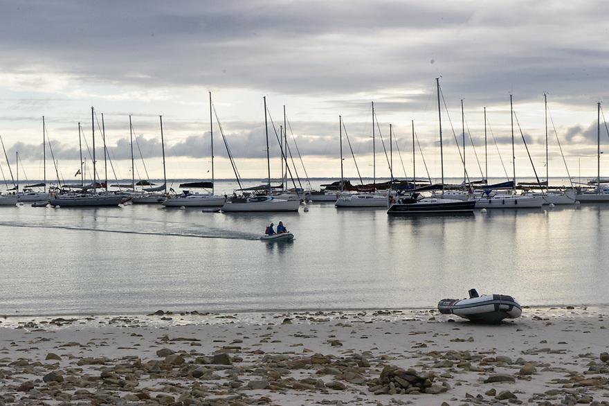 Iles de Glenan - Bretagna, 18 agosto 2020. Barche alla fonda e sbarco.