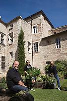 Europe/France/Midi-Pyrénées/46/Lot/Cahors: Patrick Charoy jardinier et créateur des jardins secrets de Cahors avec son équipe dans le jardin: Le Courtil des moines<br /> Cour de l'Archidiaconé