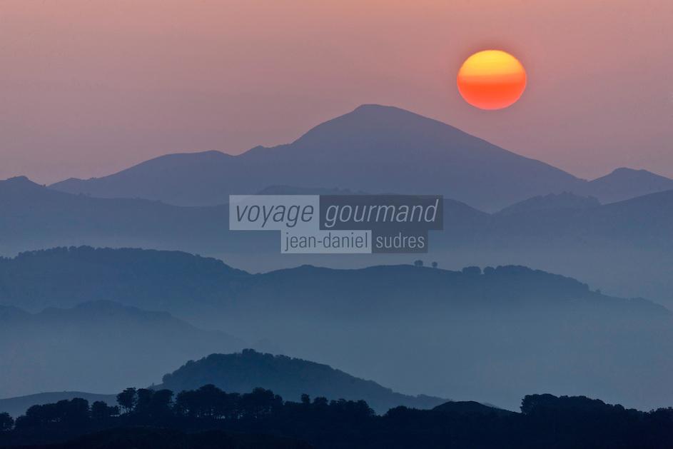 Europe/France/Aquitaine/64/Pyrénées-Atlantiques/Pays-Basque/Aussurucq: Soleil couchant sur les Pyrénées Basques et les Arbailles  et les paturages d'Ahusquy