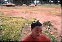 Mozambico, alunno con penne biro di una scuola primaria a Lichinga