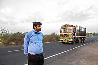 India, Gujarat, Kutch desert, Bhadroi Village. Craft service man.