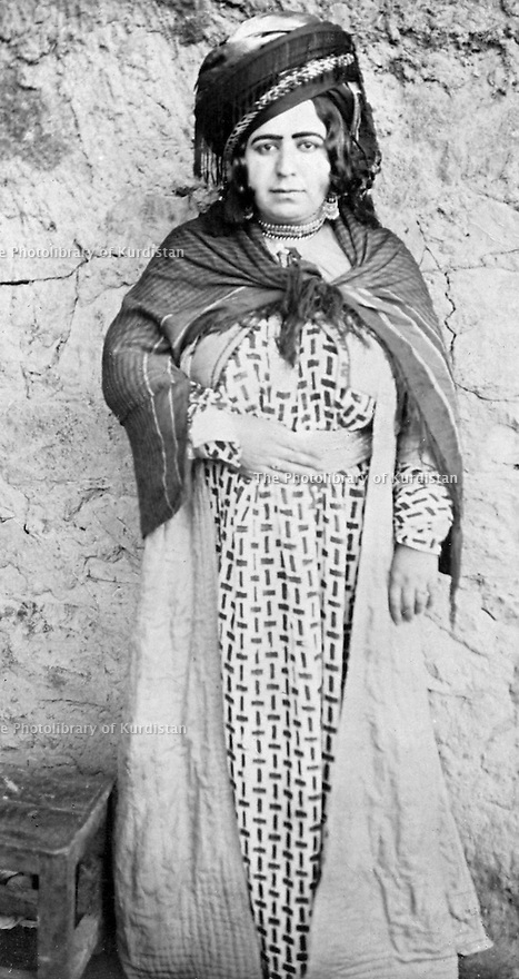 Iraq 1950?.Hamida Khan , daughter of sheikh Hisam Eddin, in Biyara  .Irak 1950? .Hamida Khan, fille de Sheikh Hisam Eddin, a Biyara