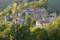 France, Midi-Pyrénées, Tarn (81), Penne: Village médiéval construit sur un éperon rocheux  dominant la vallée de l'Aveyron   // France, Midi Pyrenees, Tarn,  Penne : Medieval village built on a rocky outcrop overlooking the Aveyron valley