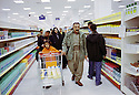 Irak 2000.Courses au supermarché Mazi à Dohok.Iraq 2000.Dohok: Shopping in Mazi supermarket