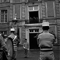 juin 1965. Vue de dos en premier plan de la Légion Etrangère sur la place du capitole jouant devant un balcon ou ce trouve les officiels.