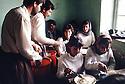 Irak 1992  Distribution d'un repas dans une classe de filles à Halabja Iraq 1992   Halabja: Meal given to students in a school
