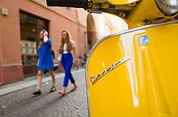 Italie, Emilie-Romagne, Parme, passantes dans le centre ville// Italy, Emilia-Romagna, Parma, young women in town centre