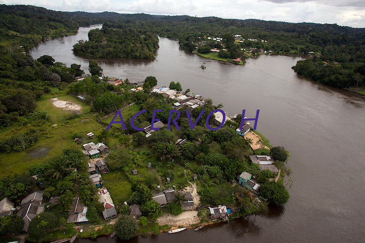 No alto rio Oiapoque local de difícil acesso na fronteira Brasil/Guiana Francesa, a Vila Brasil de um lado do rio e  a vila de Camopi na Guiana, onde está instalado  o 34 BIS , pelotão de Fronteira Vila Brasil<br /> Oiapoque , Amapá, Brasil<br /> Foto Paulo Santos<br /> 08/05/2012<br /> <br /> O rio Oiapoque é um rio do Brasil e Guiana Francesa, que no Brasil banha o estado do Amapá. Em seu trajeto, é também chamado de Oyapock, Iapoco, Iapoc. Entre os séculos XVI e XVIII, foi chamado ainda de rio de Vicente Pinzón, em homenagem a Vicente Yáñez Pinzón, navegador espanhol que teria descoberto a sua foz.<br /> <br /> Nasce na Serra Tumucumaque (ou Tumuc-Humac) e vai desaguar no Oceano Atlântico, percorrendo cerca de 350 km. Ao longo do seu percurso, delimita a fronteira entre o Brasil e a Guiana Francesa.