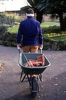 Zoo. Guardiano porta il cibo agli animali..
