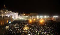 Una panoramica di Piazza San Pietro durante il secondo giorno del Conclave per l'elezione del nuovo Papa della Chiesa Cattolica Romana, Citta' del Vaticano, 13 marzo 2013. .A view of Saint Peter Square during the second day of the Conclave for the election of the new Pope of the Roman Catholic Church, at the Vatican, 13 March 2013..UPDATE IMAGES PRESS/Isabella Bonotto.---STRICTLY EDITORIAL USE ONLY--- -STRICTLY FOR EDITORIAL USE ONLY-