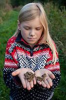 Junge Grasfrösche, Gras-Frösche in Kinderhand, Mädchen mit aus dem Laichgewässer gewanderten Jungfröschen, im Herbst auf der Wanderung in die Winterquartiere, Massenwanderung, Froschregen, Grasfrosch, Frosch, Rana temporaria, Commen Frog, Grass Frog, Grenouille rousse