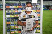 MONTERIA - COLOMBIA, 19-03-2021: Christian Marrugo de Aguilas recibe el premio al mejor jugador después del partido por la fecha 13 Liga BetPlay DIMAYOR I 2021 entre Jaguares de Córdoba F.C. y Aguilas Doradas Rionegro jugado en el estadio Jaraguay de la ciudad de Montería / Christian Marrugo of Aguilas receives the best player award after a match for the date 5 BetPlay DIMAYOR League I 2021 between Jaguares de Cordoba F.C. and Aguilas Doradas Rionegro played at Jaraguay stadium in Monteria city.  Photo: VizzorImage / Andres Felipe Lopez / Cont