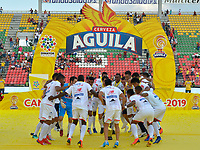 IBAGUÉ-COLOMBIA , 27 -01-2019 .Jugadores del Atlético Junior  levantan y celebran con la copa de campeones de la Superliga 2019 al vencer en tiros  penaltis al Deportes Tolima    durante partido por  la final de la Superliga Liga Águila  2019 jugado en el estadio Manuel Murillo Toro de la ciudad de Ibagué./ Atlético Junior players raise and celebrate with the 2019 Superliga champion cup by beating the Deportes Tolima penalty kicks  during the match for the final of Superliga  Aguila 2019 played at Manuel Murillo Toro  stadium in Ibague city. Photo: VizzorImage/ Cristian Álvarez/ Contribuidor