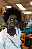 KENIA Turkana Region, refugee camp Kakuma, vocational training, tailoring course, woman wit wig / Fluechtlingslager Kakuma, Berufsausbildung fuer Fluechtlinge, Schneider und Naehausbildung
